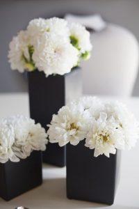 گل های تزیینی برای تم تولد سفید و مشکی