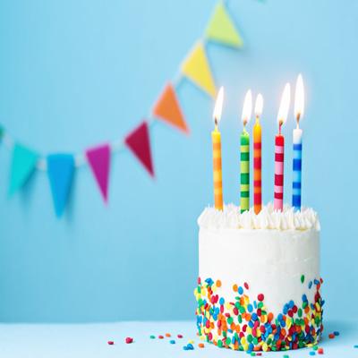 شمع روی کیک تولد