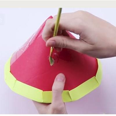 چسباندن چسب مایع بر روی کلاه تولد-